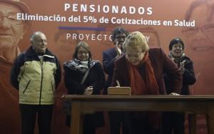 Presidenta-Michelle-Bachelet-firma-Proyecto-de-Ley-que-elimina-cotización-de-salud-a-mayores-de-65-años