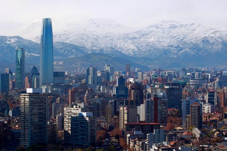 06 de Agosto de 2014/SANTIAGO Luego del frente de mal tiempo de esta mañana que  trajo lluvias en Santiago se pudo ver la cordillera nevada en un cielo casi despejado.  FOTO: FELIPE FREDES FERNANDEZ/AGENCIAUNO