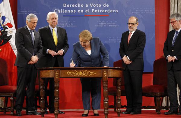 Santiago 16 de octubre de 2015. La Presidenta de la Republica, Michelle Bachelet, firma Proyecto de Ley que regula el ejercicio del derecho a voto de los chilenos en el extranjero. Paul Plaza/Aton Chile.