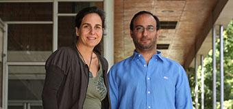Los investigadores Susana Eyheramendy, del Departamento de Estadística de la Facultad de Matemáticas UC, y Felipe Martínez, de Antropología de la Facultad de Ciencias Sociales UC.