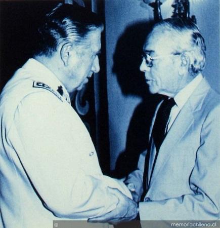 Augusto Pinochet saluda a Enrique Ortúzar
