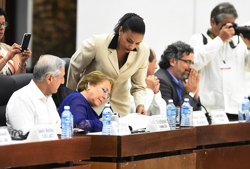 Bachelet firmando Acuerdo de Paz para Colombia